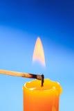 Primo piano bruciante della candela del fiammifero Fotografia Stock