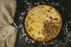 Primo piano caldo fresco della pizza deliziosa sulla tavola nera con sparso immagini stock libere da diritti