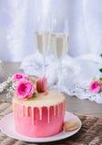 Primo piano casalingo della torta nunziale Fotografie Stock