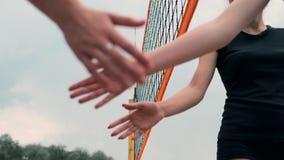 Primo piano che accoglie le mani dei giocatori di pallavolo delle ragazze che ringraziano l'oppositore per l'ultima partita al ra video d archivio