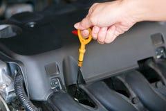 Primo piano che controlla la macchina dell'olio su un'automobile Fotografia Stock