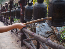 Primo piano che suona una campana in un tempio buddista Immagine Stock