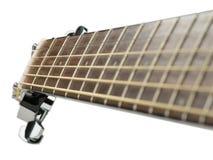Primo piano classico acustico sparato con le corde, fine della chitarra sulla foto di bella chitarra acustica nera su un caldo Fotografia Stock