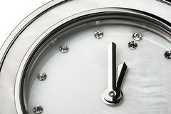 Primo piano classico del gioiello dei diamanti dell'orologio isolato Immagine Stock