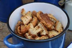 Primo piano con bacon fritto delizioso in un vaso Immagine Stock