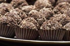 Primo piano con i dolci fatti a mano di cioccolato e dei biscotti Immagine Stock Libera da Diritti
