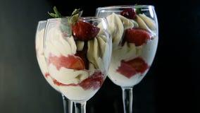 Primo piano cremoso del dessert della mousse bianca deliziosa stock footage