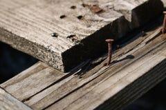 Primo piano d'annata del chiodo nella progettazione di legno geometricamente interessante immagine stock libera da diritti
