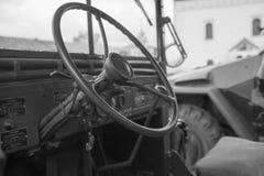 Primo piano d'annata dell'interno del volante del veicolo militare Fotografia Stock