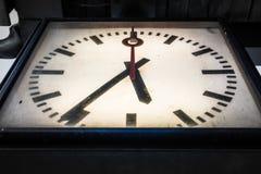 Primo piano d'annata Grungy sporco dell'orologio drammatico di scenetta sotto Persp Fotografie Stock Libere da Diritti