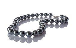 Primo piano d'argento elegante di lusso della collana della perla Fotografia Stock Libera da Diritti