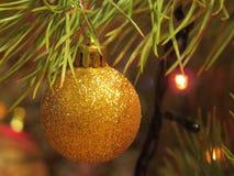 Primo piano decorato dell'albero di Natale Palle rosse e dorate e ghirlanda illuminata con le torce elettriche Macro delle bagatt fotografie stock