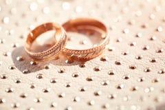 Primo piano degli anelli di cerimonia nuziale Immagine Stock Libera da Diritti