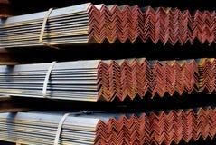 Primo piano degli angoli galvanizzati acciaio legati insieme Fotografia Stock