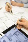 Primo piano degli architetti del gruppo che lavorano al progetto di costruzione in o Immagini Stock Libere da Diritti
