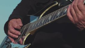 Primo piano degli esperti del chitarrista che giocano basso elettrico azione Prestazione imperiosa di gioco della chitarra del mu video d archivio