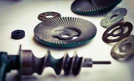 Primo piano degli ingranaggi del metallo, rondelle su fondo leggero fotografia stock