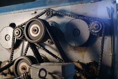 Primo piano degli ingranaggi giranti sulla macchina di funzionamento Fotografia Stock Libera da Diritti