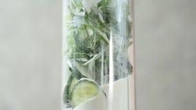 Primo piano degli ingredienti in miscelatore per una cottura di mescolamento del cocktail sano della disintossicazione archivi video