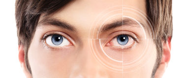 Primo piano degli occhi azzurri da un occhio rosso ed irritato del giovane con Fotografia Stock