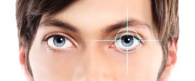 Primo piano degli occhi azzurri da un ologramma del laser e del giovane su lei fotografia stock libera da diritti