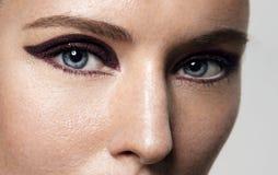 Primo piano degli occhi delle donne con trucco luminoso dell'occhio di gatto Fotografie Stock