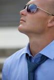 Primo piano degli occhiali da sole d'uso e di cercare di un uomo d'affari Fotografia Stock