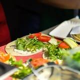 Primo piano degli ortaggi freschi, dei pomodori e della rucola sulle fajite, tortiglia Alimento fresco sano Alimento del cittadin Fotografia Stock Libera da Diritti
