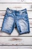 Primo piano degli shorts dei jeans della donna Fotografia Stock