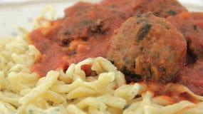 Primo piano degli spaghetti e delle polpette casalinghi Fotografia Stock Libera da Diritti