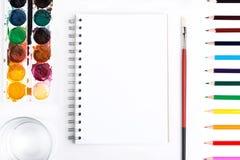 Primo piano degli strumenti di disegno e del blocco note Immagini Stock