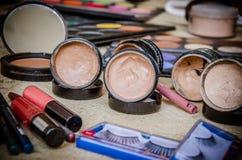 Primo piano degli strumenti di trucco dei cosmetici Immagini Stock