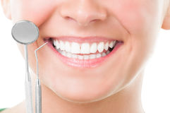 Primo piano degli strumenti perfetti del dentista e di sorriso Fotografia Stock Libera da Diritti