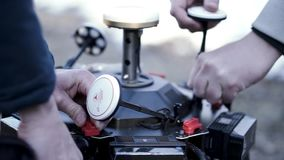Primo piano degli uomini che preparano quadcopter per il volo clip Gli uomini rivela i dettagli della nuova generazione di quadro archivi video