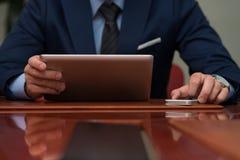 Primo piano degli uomini d'affari facendo uso del touchpad Immagini Stock Libere da Diritti