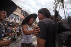 Primo piano degli uomini indigeni di kichwa alla parata di solstizio di estate Immagini Stock