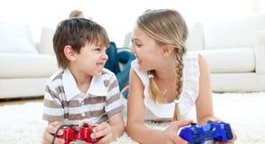 Primo piano dei bambini che giocano i video giochi Fotografia Stock Libera da Diritti
