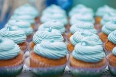Primo piano dei bigné blu Fuoco selettivo Ossequio saporito della doccia di bambino del muffin di concetto dell'alimento del dess Fotografie Stock