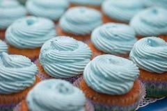Primo piano dei bigné blu Fuoco selettivo Ossequio saporito della doccia di bambino del muffin di concetto dell'alimento del dess Fotografia Stock