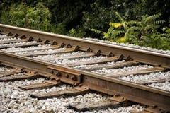 Primo piano dei binari ferroviari all'angolo immagine stock libera da diritti