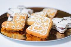 Primo piano dei biscotti di natale sul piatto di oro Fotografia Stock Libera da Diritti