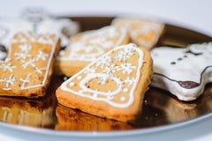 Primo piano dei biscotti di natale sul piatto di oro Fotografia Stock