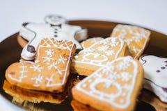 Primo piano dei biscotti di natale sul piatto di oro Fotografie Stock