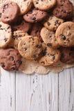 Primo piano dei biscotti di pepita di cioccolato sulla tavola Vista superiore verticale Immagini Stock Libere da Diritti