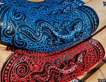 Primo piano dei boomerang dipinti di legno immagini stock libere da diritti