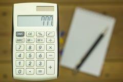 Primo piano dei calcolatori su un fondo di legno con un taccuino fotografie stock