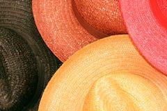 Primo piano dei cappelli di paglia Fotografia Stock