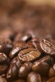 Primo piano dei chicchi di caffè con profondità di campo bassa Fotografia Stock Libera da Diritti