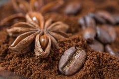 Primo piano dei chicchi di caffè e dell'anice con il mucchio arrostito del caffè Immagini Stock