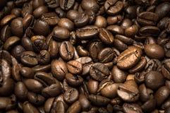 Primo piano dei chicchi di caffè sparsi a caso Fotografia Stock